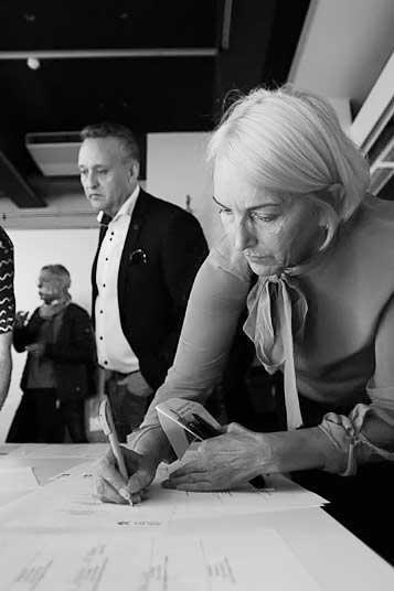 Birthe Haugen i Prosjektil signerer avtale