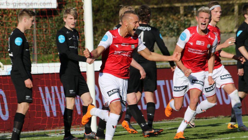 Fotballspiller viser glede etter målskåring i footballkamp.