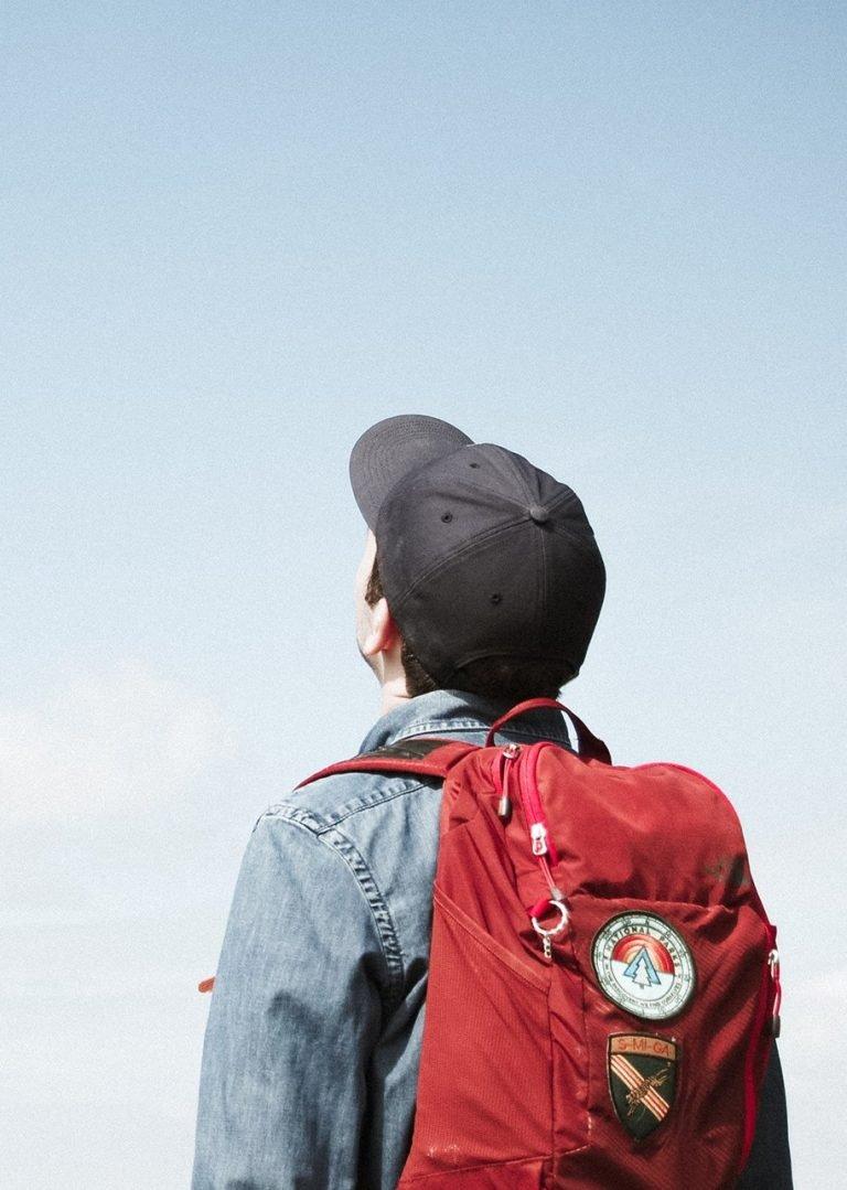 Student ser opp mot en blå himmel