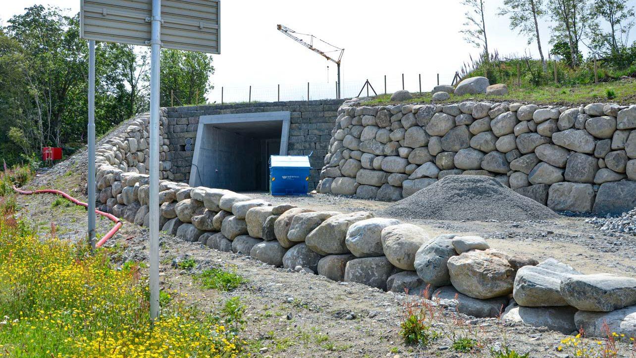 Vitengarden Jærgården - undergang med lødd mur rundt.