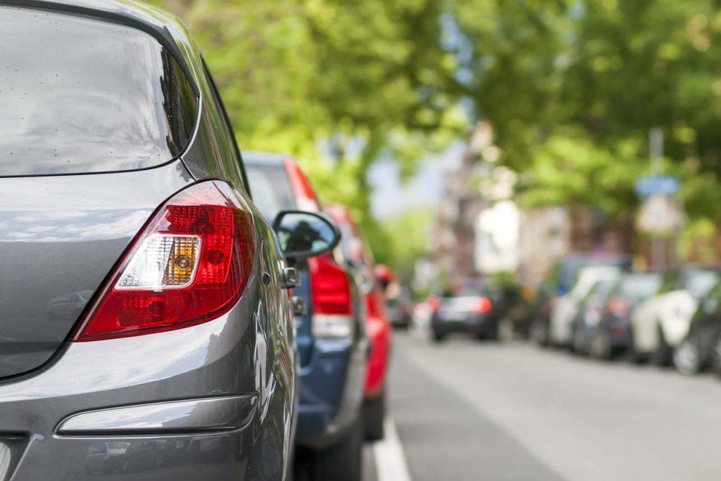 Biler parkert i gater